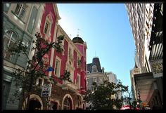 Long Street, Cape Town has beautiful old buildings. Out Of Africa, Old Buildings, Beautiful Buildings, Cape Town, Continents, Amazing Places, Jet Set, South Africa, The Good Place