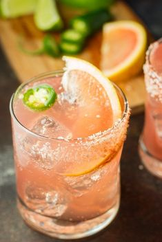 20 Grapefruit Cocktails that Give You Spring Vibes - An Unblurred Lady Adding citrus to your drinks will give them that burst that we all desire when February comes. These grapefruit cocktails are perfect for the season! Mezcal Cocktails, Grapefruit Vodka Cocktails, Grapefruit Gin And Tonic, Sangria, Tonic Cocktails, Mezcal Margarita, Summer Cocktails, Cocktail Drinks, Cocktail Recipes
