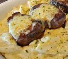 Bife com Queijo Gratinado, Cogumelos e Alho Francês - http://www.receitasja.com/bife-com-queijo-gratinado-cogumelos-e-alho-frances/