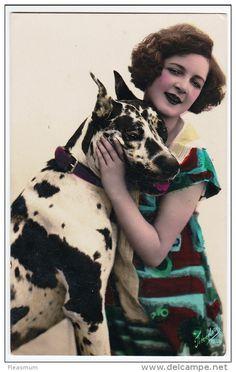 Jeune Femme avec un Chien très grand Dogue Allemand, Danois Arlequin , photo cpa cca 1920, pub. Fotocelere Milano