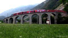 Zug der RhB auf dem Kreisviadukt Brusio