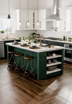 Kitchen decor and kitchen ideas for all of your dream kitchen needs. Modern kitchen inspiration at its finest. Green Kitchen, New Kitchen, Kitchen Dining, Awesome Kitchen, Kitchen White, Kitchen Islands, Kitchen Paint, Stylish Kitchen, Dining Decor