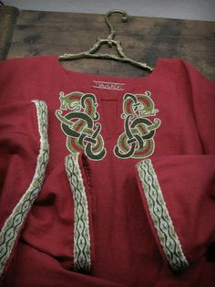 Anglo Saxon Clothing, Medieval Clothing, Costume Viking, Medieval Costume, Viking Shirt, Viking Dress, Card Weaving, Tablet Weaving, Barbarian Costume