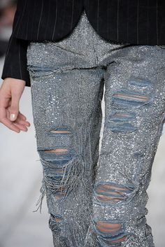★ Rock 'n' Roll Style ★ sequined torn jeans Ralph Lauren Fashion Details, Look Fashion, Fashion Show, Womens Fashion, Fashion Design, 2000s Fashion, Fashion News, Jeans Brillantes, Sequin Jeans