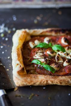 Caramelized onions tart with tomatoes and goat cheese Quiches, Good Food, Yummy Food, Healthy Food, Caramelized Onions, Finger Foods, Vegetarian Recipes, Food Photography, Easy Meals