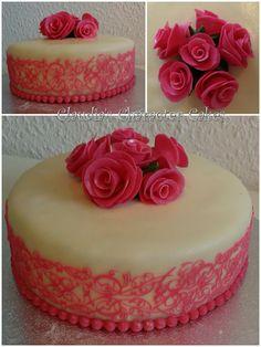 Hochzeitstorte in weiß & pink mit Rosen & Spitze | Wedding cake in white & pink and roses & lace