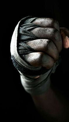 Improve your Muay Thai workouts with better training routines and drills. List of Muay Thai exercises to take your fighting to the next level Hand Photography, Sport Photography, Bon Sport, Boxe Fight, Man Up, Fight Club, Martial Arts, Black And White, Beauty