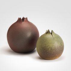"""A fruta """"Romã"""" se transformou em objeto de decoração na Kimi Nii. O conjunto de cerâmica, vendido no Arkpad, conta com duas peças, uma na cor vermelha e outra mostarda"""