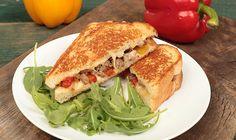 Des sandwichs au fromage fondant avec des saucisses italiennes, des poivrons rôtis et du fromage crémeux. Un vrai délice!