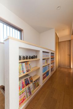 Wooden Partition Design, Bookcase Stairs, Recessed Shelves, Creation Deco, Minimal Home, Attic Remodel, Japanese Interior, Japanese House, Home Interior Design