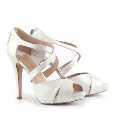 Zapato calzado por Paula Echevarría en la gala de los Goya 2014, en material Galaxia Avorio ideal para novia. Sandalia peep toe en color blanco con tiras cruzadas en el empeine con cremallera en el talón. Tacón de 9,5 cm y plataforma de 2 cm. 95,04 €
