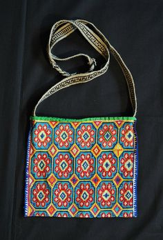 Hand embroidered morral or shoulder bag from the Huichol people of Jalisco or Nayarit, Mexico Mexican Crafts, Mexican Folk Art, Mexican Style, Mexican Designs, Vintage Purses, Animal Jewelry, Bead Art, Beading Patterns, Purses And Handbags