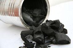 Haz tu propio carbón o carboncillos llenando una lata de madera y dejándola sobre el fuego