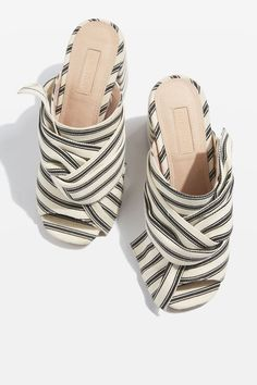 Fabric knot shoe with chunky heel