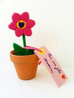 Pour la fête des mères ou la fête des grands-mères, offrez un petit cadeau fait-main ! Fabriquez une jolie fleur en pâte Fimo® en suivant notre pas-à-pas. Vous pouvez créer une broche ou un magnet (idéal pour les débutants) ou alors réaliser une fleur en pot. Ce sera très joli sur une étagère ou sur le bureau par exemple. Et bien sûr n'oubliez pas d'ajouter un petit mot doux.