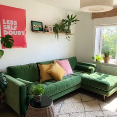 Colourful Living Room, Living Room Green, Living Room Sofa, Living Room Decor, Living Room Apartment, Colourful Bedroom, Colorful Couch, Bright Rooms, Bedroom Sofa