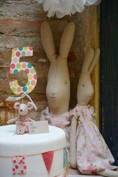 Fiesta de cumpleaños en Blaubloom (III): nuestro pastel   Blaubloom Maileg Bunny, 3rd Birthday Parties, Rabbits, Big Kids, Bunnies, Little Girls, Kids Room, Centerpieces, Alice
