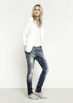Casual look | Boyfriend jeans, white blazer and flats