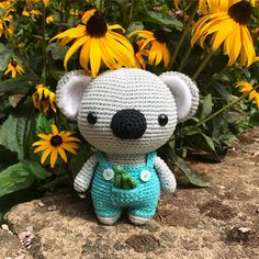 This cute Koala loves flowers! Crochet your own cute Koala with this DIY Fluffies pattern. www.mariskavos.nl