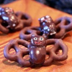 Chocolate Pretzel Bats Chocolate covered pretz., bridge mix dipped in chocolate as glue.  Piping icing or bark.