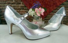 Zapatos de tipo merceditas en plata, este color combina con muchos colores, por eso es muy elegido por nuestras clientas, también podéis elegir plata mate si no os gustan los brillos y plata vieja.