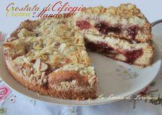 Un friabile guscio di pasta frolla racchiude della deliziosa crema pasticcera e della marmellata di ciliegie per una Crostata di Ciliegie Crema e Mandorle