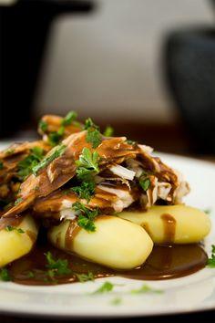 Grydestegt kylling med brun sovs og kartofler | Hovedretter