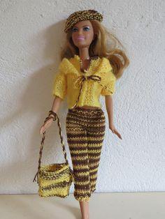 Un ensemble pantalon, top, gilet, bérêt, sac pour Barbie en laine jaune et marron : Jeux, jouets par la-boutique-des-poupees Barbie Knitting Patterns, Knitting Dolls Clothes, Knitted Dolls, Barbie Dress, Barbie Clothes, Habit Barbie, Knit Picks, Barbie Friends, Barbie And Ken