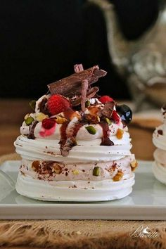 Mini Pavlovas recipe with red fruits, and maraschino syrup Meringue Desserts, Meringue Cake, Mini Desserts, Delicious Desserts, Mini Pavlova, Pavlova Cake, Gourmet Recipes, Sweet Recipes, Dessert Recipes