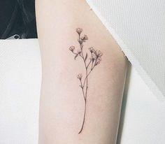 Fina och avskalade blomtatueringar Delicate Tattoo, Dainty Tattoos, Pretty Tattoos, Spine Tattoos, Word Tattoos, Tiny Flower Tattoos, Grunge Tattoo, Discreet Tattoos, Wildflower Tattoo