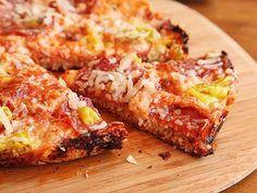 Ramen-hacks-pizza via serious eats Greek Recipes, Quick Recipes, Pizza Recipes, Food Network Recipes, Gourmet Recipes, Ramen Hacks, Ramen Dishes, Pasta Dishes, Ramen Noodle Recipes