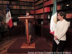 Carmen Aristegui reçoit les insignes de Chevalier de l'Ordre de la Légion d'Honneur