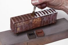 Realistic weathering tips for freight car models   Tips for weathering freight car roofs and empty gondola model train cars