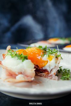 Eggs with prosciutto and sun-dried tomatoes baked in muffin tins ¦ Kwestia Smaku Brunch Recipes, Wine Recipes, Great Recipes, Cooking Recipes, Favorite Recipes, Healthy Recipes, Breakfast Dishes, Breakfast Time, Breakfast Recipes