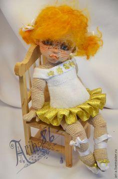 Купить или заказать Кукла вязаная Маринка-балеринка в интернет-магазине на Ярмарке Мастеров. Капризная маленькая девчёнка, которая очень хочет стать знаменитой балериной,... но пока у неё не очень получается. Рост 23см.(на носочках). Связана крючком, нитки хлопок. Проволочный каркас.Самостоятельно не стоит (только на подставке) Волосы -шерсть. Одежда не снимается..Тонировка масло .Наполнитель синтепон.