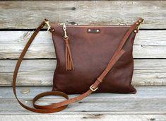 He encontrado este interesante anuncio de Etsy en https://www.etsy.com/es/listing/231424130/small-cross-body-leather-bag-fold-over