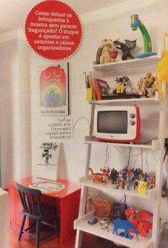 TV na estante alta em quarto de criança