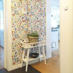 #wallpaper #sandberg #pattern #home #homedecor #swedishdesign #wallart Cottage Design, House Design, Interior And Exterior, Interior Design, Room Goals, Swedish Design, Rustic Interiors, Stairways, Wall Colors