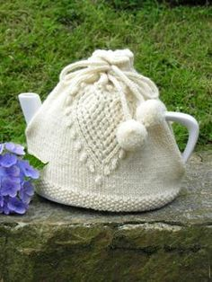 Love Tea Cosy free pattern ♥ 4000 FREE patterns to knit ♥… Tea Cosy Knitting Pattern, Tea Cosy Pattern, Knitting Patterns Free, Knit Patterns, Free Knitting, Finger Knitting, Stitch Patterns, Knitted Tea Cosies, Tea Cozy