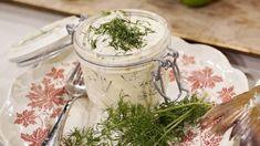 Gravad strömming i senapsdressing | SVT recept Sour Cream, Mason Jars, Fish, Tableware, Juice, Dinnerware, Pisces, Tablewares, Mason Jar