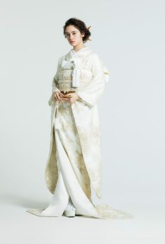 Adorable Creative Japanese Wedding Dress Ideas For Your Inspiration To Try Traditional Wedding Attire, Traditional Fashion, Traditional Dresses, Japanese Wedding Kimono, Japanese Kimono, Japanese Costume, White Kimono, Oriental Fashion, Japanese Outfits