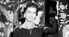 Coco Chanel, la mujer, la diseñadora, la leyenda. Coco Chanel nació en la pobreza el 19 de agosto de 1883, en la Casa de Caridad en Saumur, Francia. Su acta de nacimiento revelaba que era hija ilegítima de la pareja que formaban Albert Chanel y Jeanne Devolle. Una monja le puso el nombre de Gabrielle.