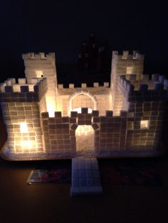 Upplyst sockerborg.  Illuminated suger cubes castle. Steam Activities, Art Activities, Fun Crafts For Kids, Creative Crafts, Castle School, Walls Of Jericho, Castle Crafts, Castle Project, Make A Gingerbread House