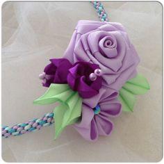 Corona de flores elaboradas en cinta