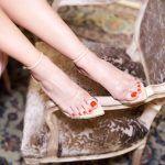 Η διαφάνεια στα παπούτσια είναι ένα από τα κυρίαρχα trends για την Άνοιξη Καλοκαίρι 2018. Η αρχικά αμφιλεγόμενη τάση κέρδισε τους σχεδιαστές που ενέδωσαν στον πειρασμό και δημιούργησαν πέδιλα άκρως θηλυκά με διαφάνειες που μαγνητίζουν, όπως αυτά τα υπέροχα Gianvitto Rossi που κλέβουν την παράσταση με την ιταλική τους φινέτσα. Shoes @kalogirou_stores