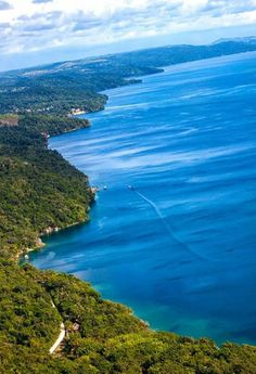Espectacular vista aérea del lago Petén Itzá