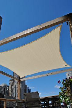 Sonnensegel am Holzrahmen befestigt für die Dachterrasse