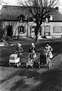 Black and White Vintage Photography: Take Photos Like A Pro With These Easy Tips – Black and White Photography Vintage Children Photos, Vintage Pictures, Old Pictures, Old Photos, Robert Doisneau, Old Dolls, The Good Old Days, Vintage Photographs, Street Photography