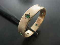 MAUREEN'S WEDDING RING. Yellow Gold with Emeralds. - Jelena Behrend Studio. Request a quote online: www.jelenabehrendstudio.com/collections/wedding-engagement-rings/products/maureen-s-wedding-ring #jelenabehrendstudio #jbsweddingrings