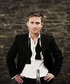 Dean O'Gorman. Is this a repin? I can't remember. Sorry if it is. I just can't resist the untied bow tie. Hyyyyynnnngh......